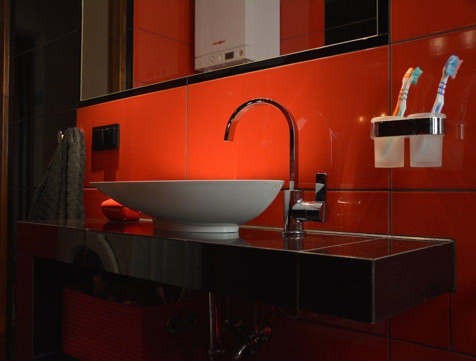 czerwony w łazience