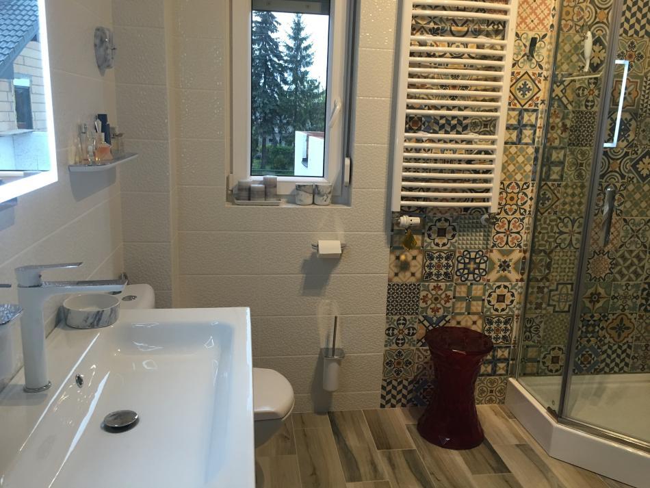 Aranżacja łazienki z płytkami patchwork