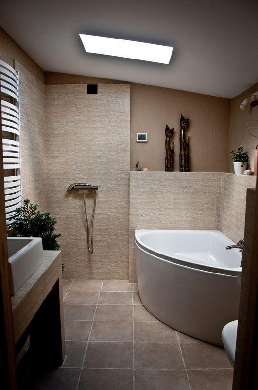 Biała wanna narożna w łazience na poddaszu