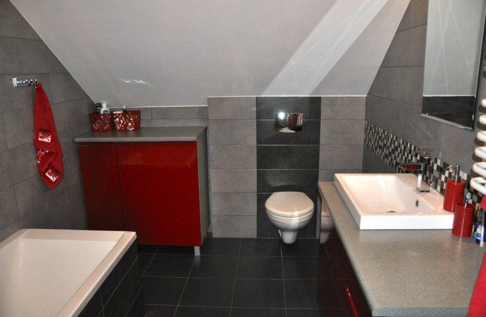 Szara łazienka na poddaszu z czerwonymi akcentami