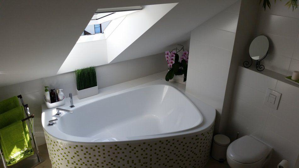 Wanna asymetryczna pod oknem w łazience na poddaszu