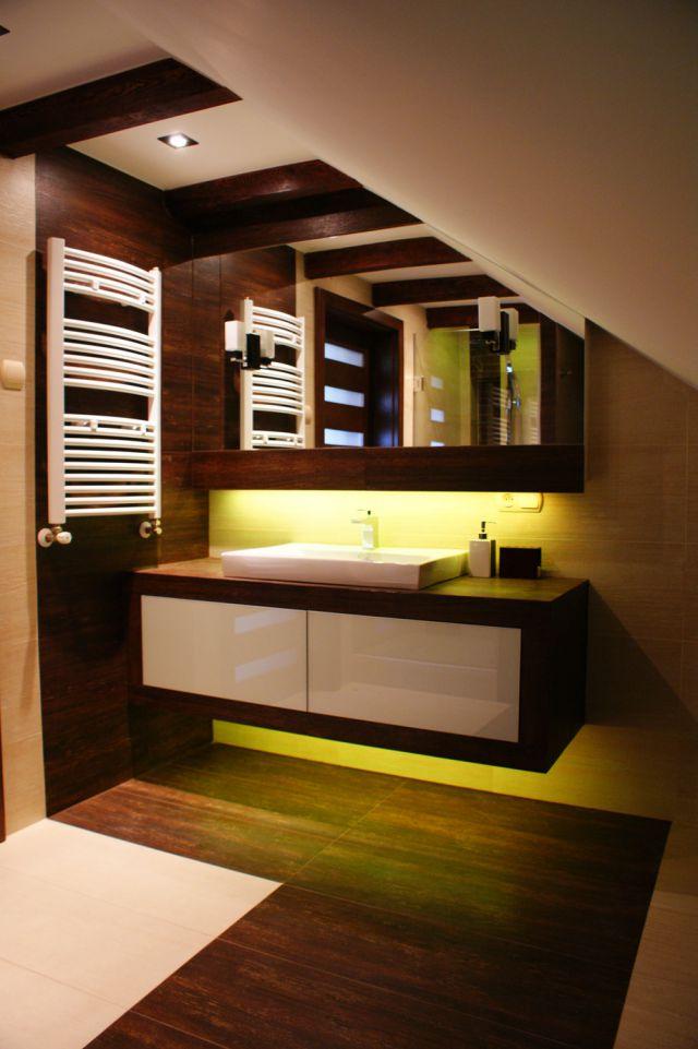 Strefa umywalkowa w łazience na poddaszu