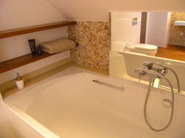 Mozaika nad wanną w łazience na poddaszu