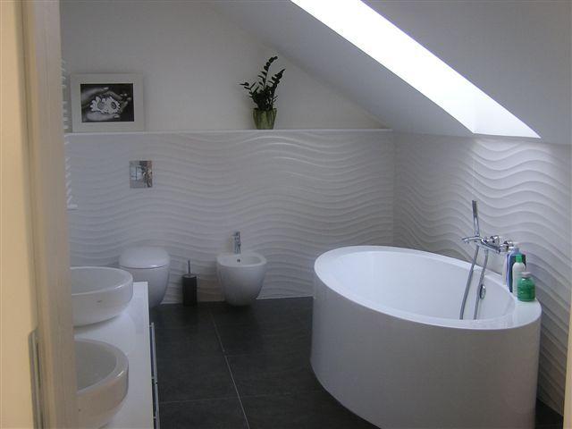 Płytki z motywem fali w łazience na poddaszu