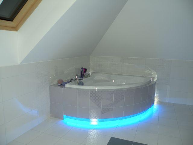 Podświetlenie LED wanny w łazience na poddaszu