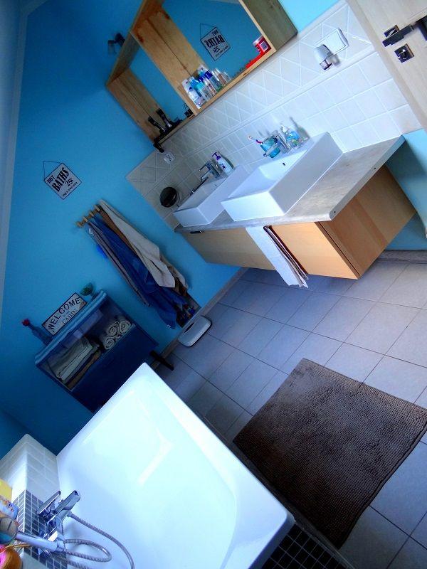 Strefa umywalkowa dla dwojga w łazience na poddaszu