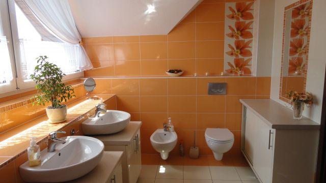 Pomarańczowa łazienka na poddaszu