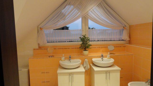 Łazienka na poddaszu z dwiema umywalkami