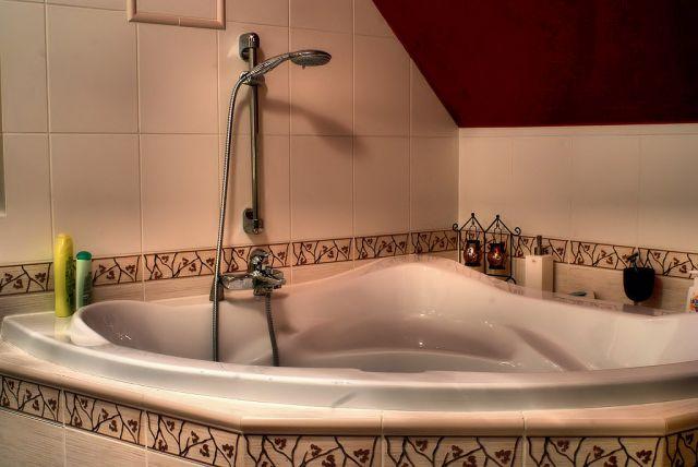 Wanna narożna z hydromasażem w łazience na poddaszu