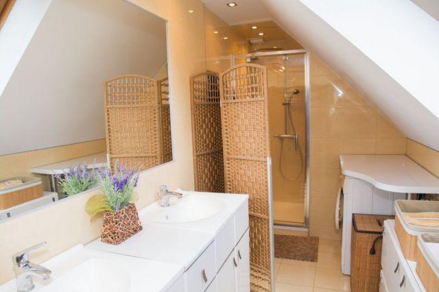 Kabina prysznicowa w wąskiej łazience na poddaszu