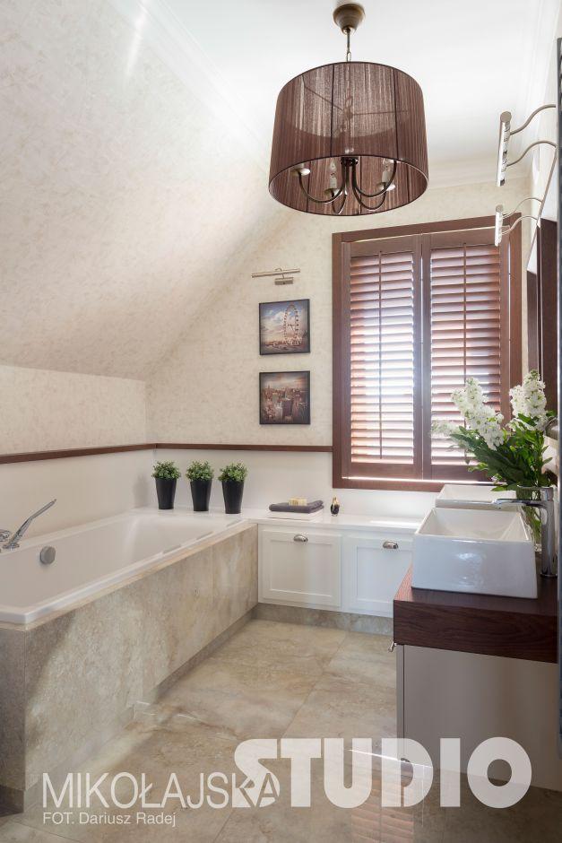 Łazienka na poddaszu z brązowymi akcentami