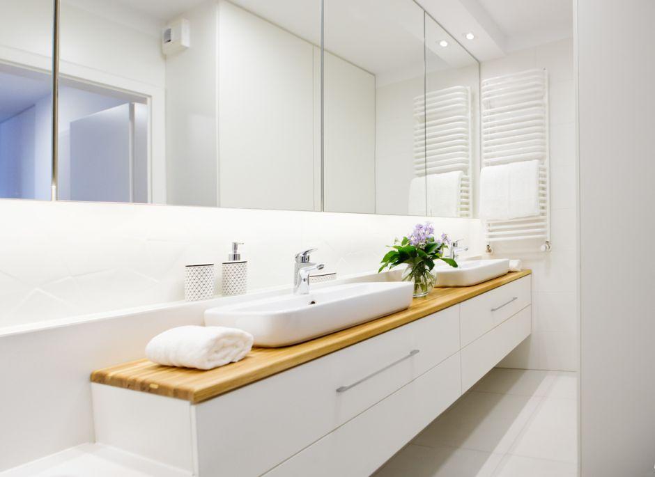 Strefa umywalkowa dla dwojga z dwiema umywalkami nablatowymi