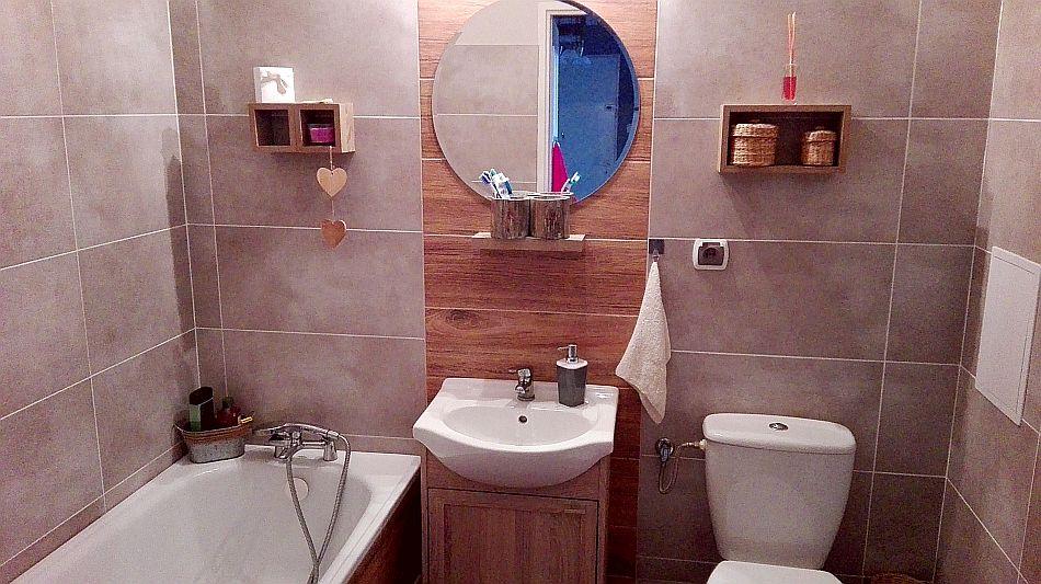 Drewniana szafka pod umywalką