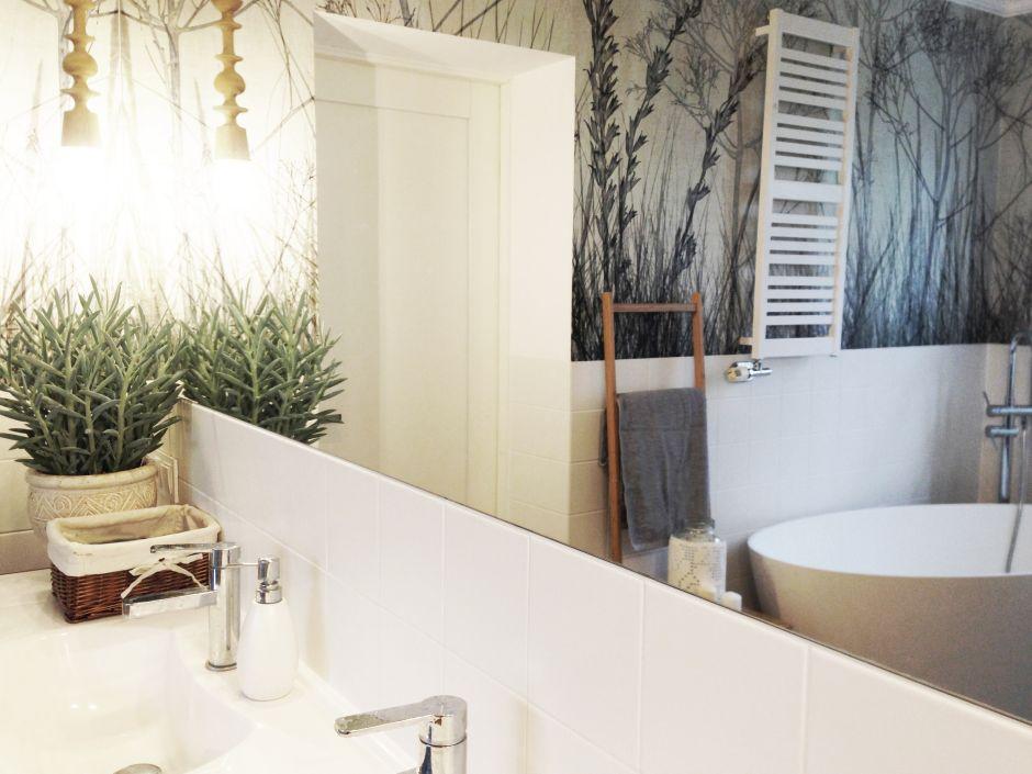 Jasna łazienka z tapetą z motywem natury na ścianie