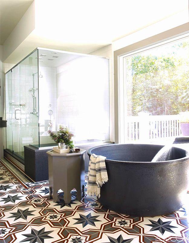 Okrągła japońska wanna w dużej łazience z marokańskimi płytkami na podłodze