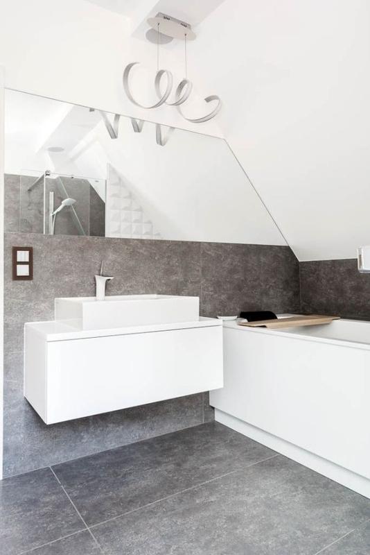 Łazienka na poddaszu w kolorach bieli i szarości