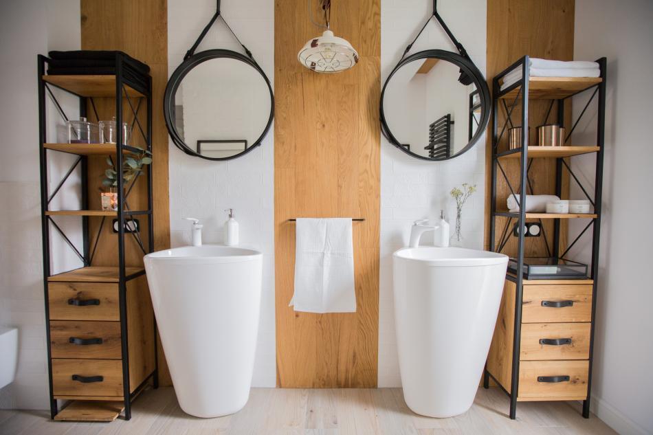 Przestronna, jasna łazienka z wanną wolnostojącą i dużym lustrem