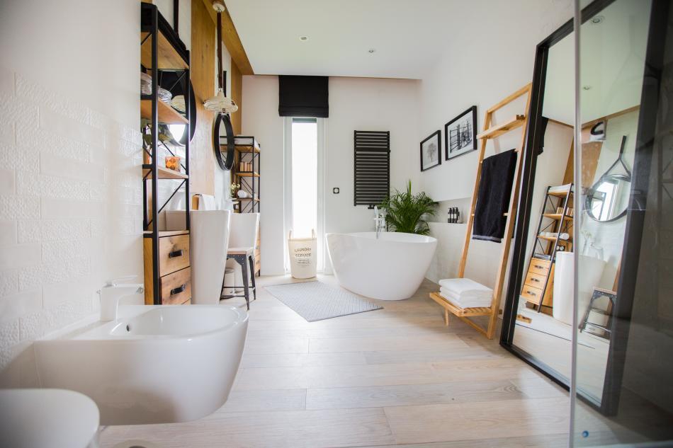Łazienki z pomysłem -lustro stojące na podłodze