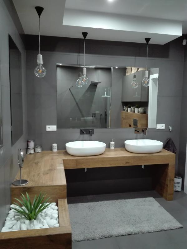Galeria Zdjęć Zdjęcie Szara łazienka Z Drewnianym Blatem
