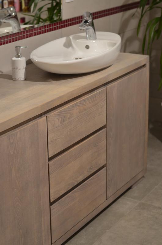 drewniana komoda wybarwiona na delikatny, jasny kolor ecru - Edar