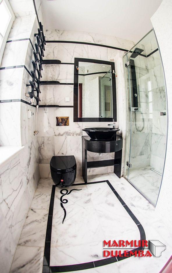 Posadzka z marmuru w aranżacji małej łazienki