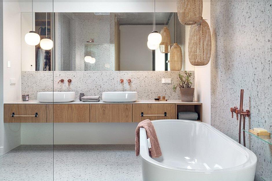 Aranżacja łazienki dla dwojga z wanną wolnostojącą