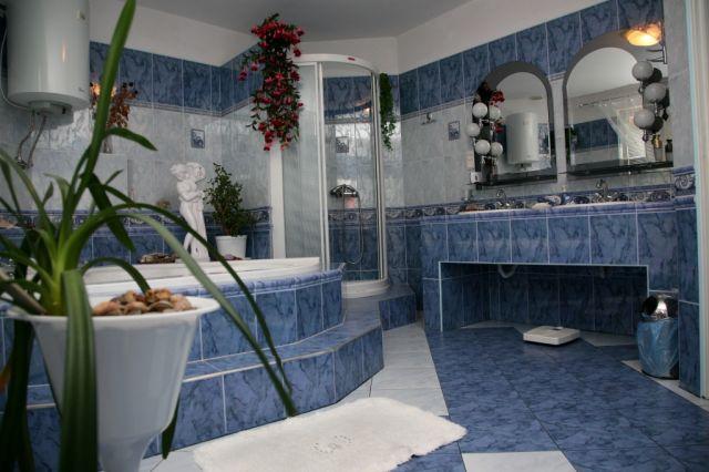 łazienka Duża I ładna Kwiaty Ozdoby Kinkiety Tylko Po