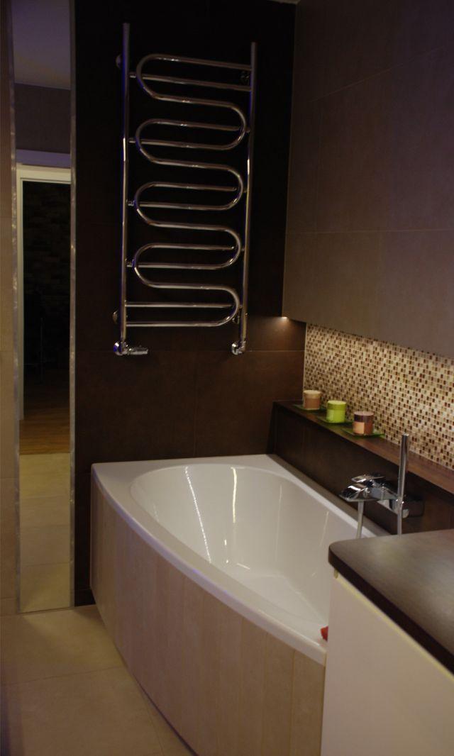 grzejnik nad wanną w małej łazience