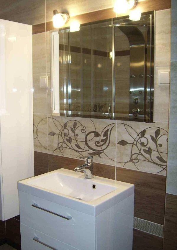 Łazienka łącząca surowość kamienia i przytulność drewna. Nowoczesny design i funkcjonalność to cechy charakterystyczne tego wnętrza.