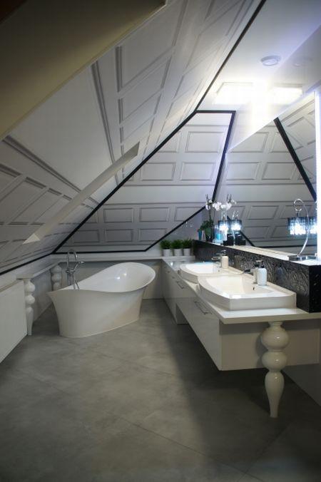 łazienka na poddaszu w stylu pokoju kąpielowego
