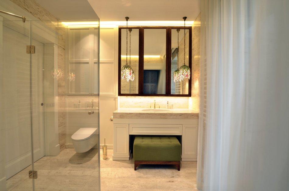 nowoczesna łazienka z klasyczną kosolą i tapicerowanym pufem