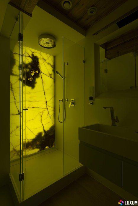 onyks na ścianie w łazience