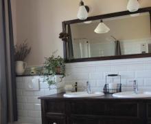 Łazienka w jasnych stonowanych kolorach w stylu retro