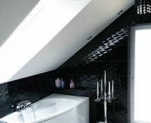 Elegancka łazienka na wysoki połysk z czarnymi płytkami z efektem 3D