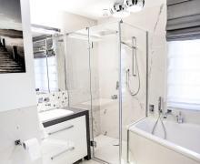 Heksagonalna mozaika w jasnej łazience