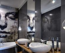 Łazienka z grafiką na szkle