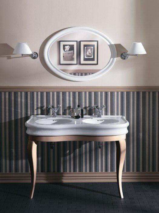 Kolekcja ceramiki sanitarnej LANTE firmy SIMAS na tle klasycznej ściany ze wzorem w pasy