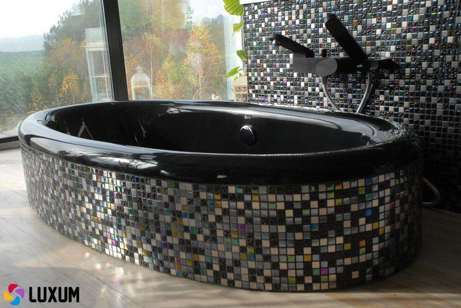 Luxum - czarna wanna obudowana kolorową mozaiką