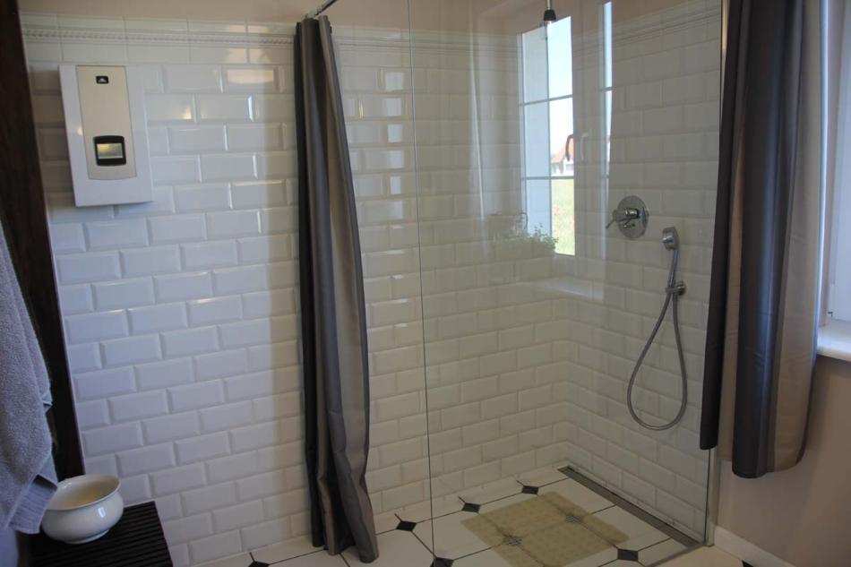Prysznic ze szklaną ścianką i odpływem liniowym w łazience retro