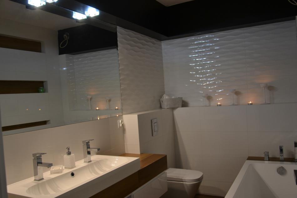 Weronika R - galeria - Aranżacja małej łazienki z dużym lustrem i płytkami na wysoki połysk ...