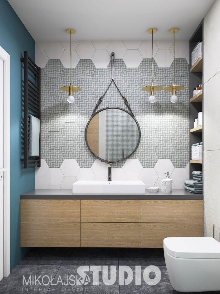 Strap Mirrow - lustro łazienkowe na szarym pasie na tle ściany z płytek ze wzorem pepitka