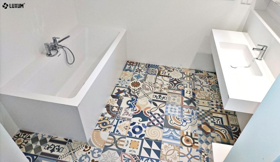 Łazienka w bieli z płytkami patchwork na podłodze