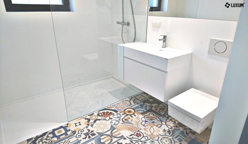 Łazienka w bieli z mocnym akcentem kolorystycznym