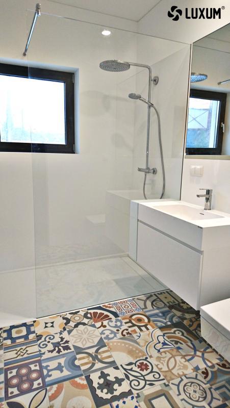 Luxum - aranżacja łazienki w bieli z płytkami patchwork na podłodze