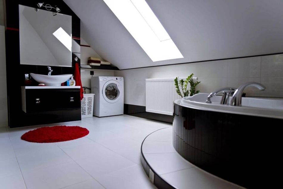 Aranżacje łazienek na poddaszu - galeria - Biało-czarna łazienka na poddaszu z czerwonymi ...