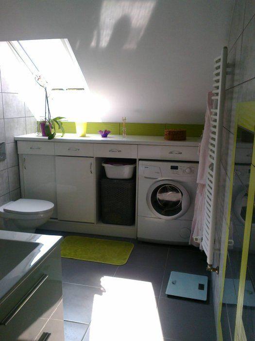 Zabudowa meblowa w łazience na poddaszu - pralka w szafce