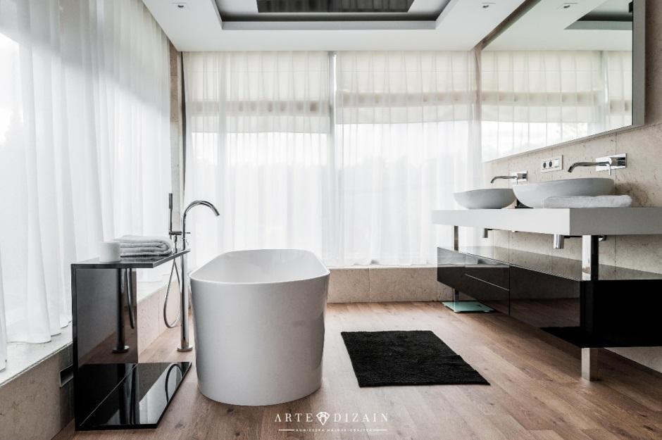 Drewno na podłodze w łazience z białą wanną wolnostojącą