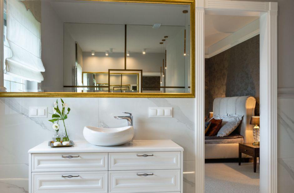 Złota rama lustra w eleganckiej łazience