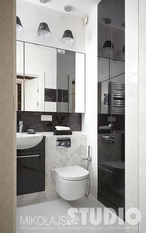 Szafka z lustrem w aranżacji łazienki