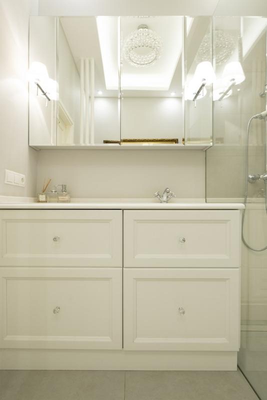Szafka łazienkowa z lustrem w białej łazience